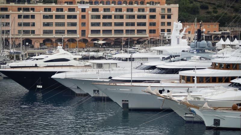 Drodzy biali jachty dokowali w schronieniu, luksusowa własność bogaci potężni ludzie obrazy royalty free