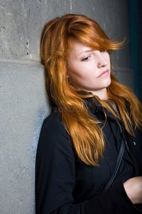 Droefheid, humeurig portret, mooi redhead meisje. stock foto's
