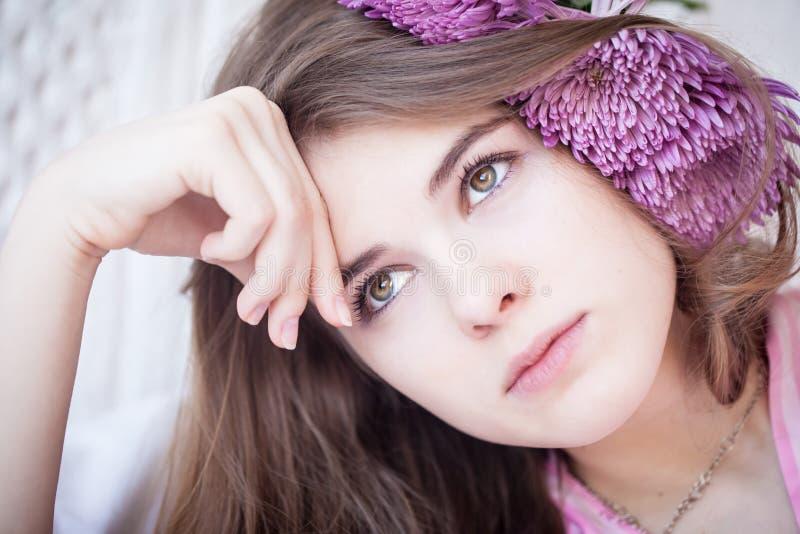 Droevig aantrekkelijk meisje stock foto's