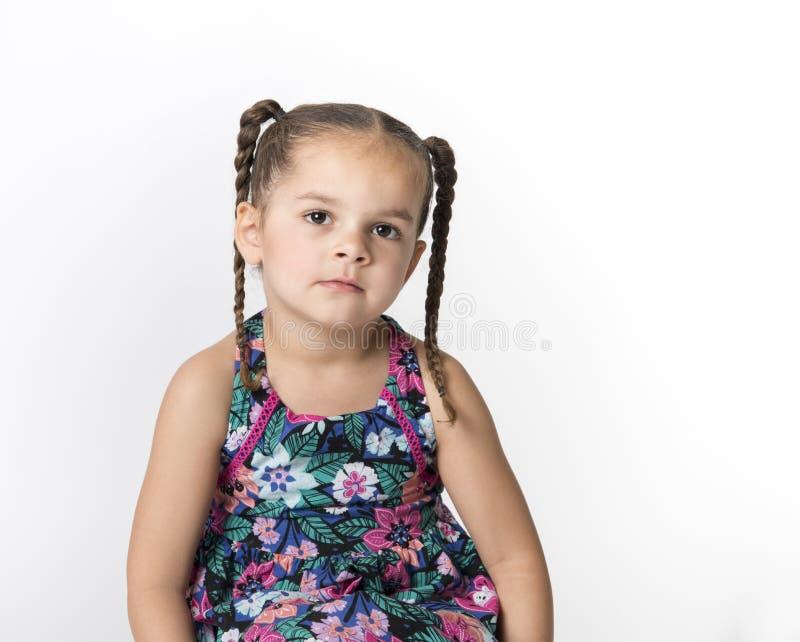 Droevig die meisje op witte achtergrond wordt geïsoleerdn stock fotografie