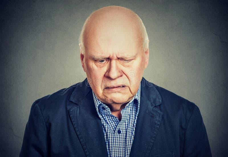 Droevig eenzaam bejaarde die eenzaam voelen stock fotografie