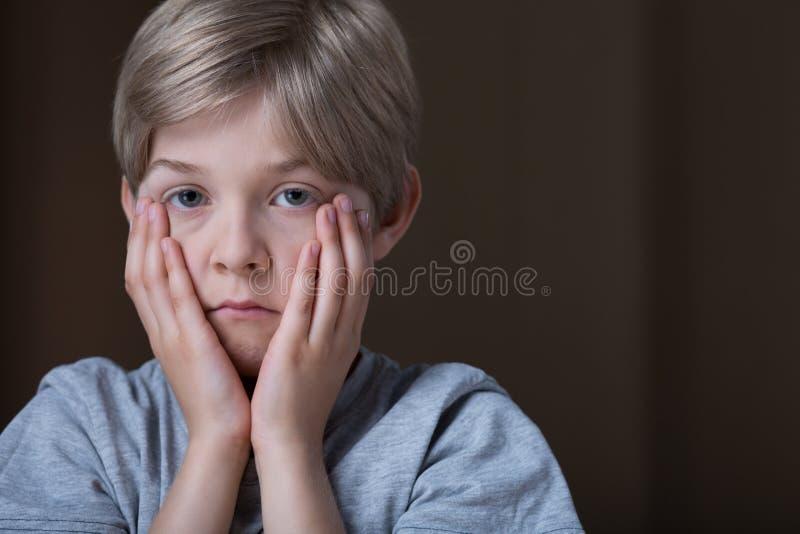 Droevig gedeprimeerd kind stock foto's