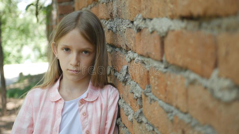 Droevig Gedeprimeerd Kind die Meisjesportret in camera, Bored, Ongelukkig Jong geitjegezicht kijken stock foto's