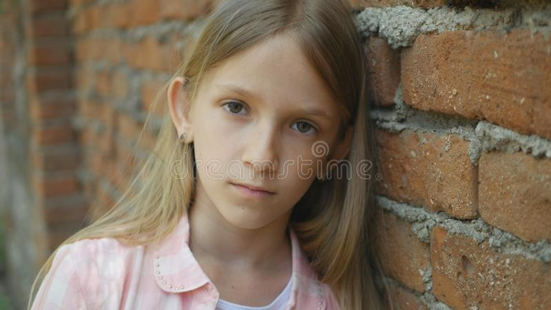 Droevig Gedeprimeerd Kind die Meisjesportret in camera, Bored, Ongelukkig Jong geitjegezicht kijken royalty-vrije stock fotografie