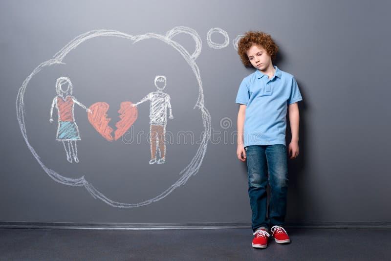 Droevig kind met gebroken hart stock afbeeldingen