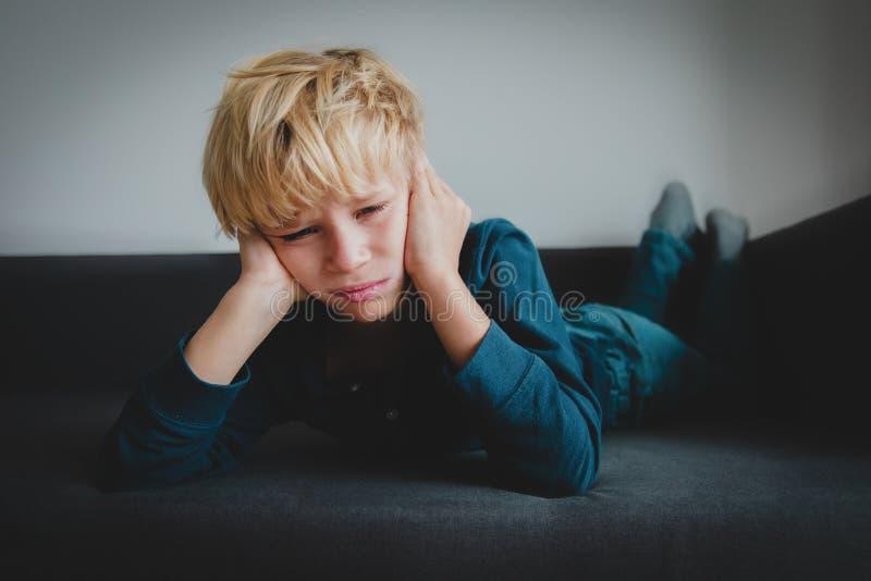Droevig kind, spanning en depressie, pijn, verdriet stock afbeeldingen