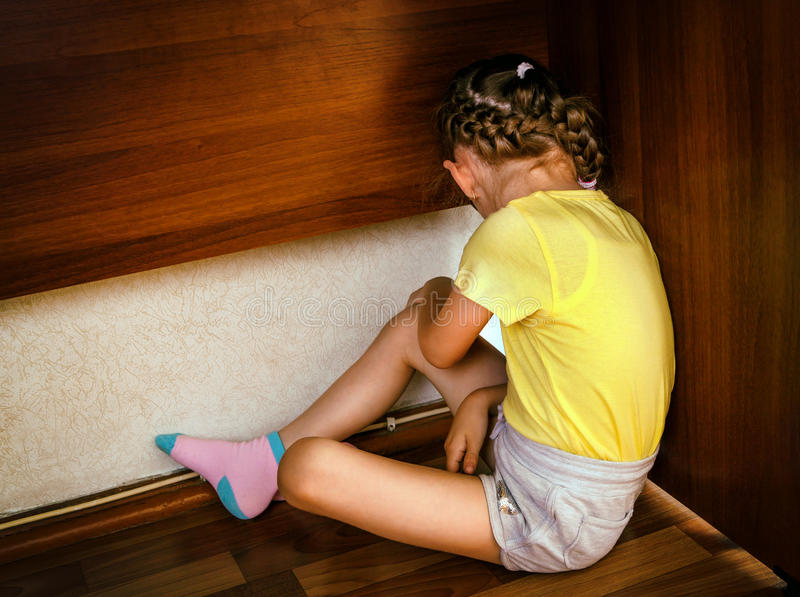 Droevig klein meisje royalty-vrije stock afbeeldingen