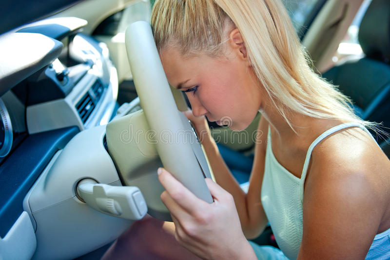 Droevig meisje in de auto stock fotografie