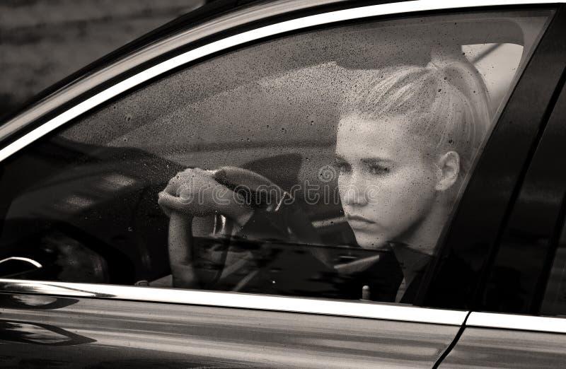 Droevig meisje in de auto stock afbeeldingen