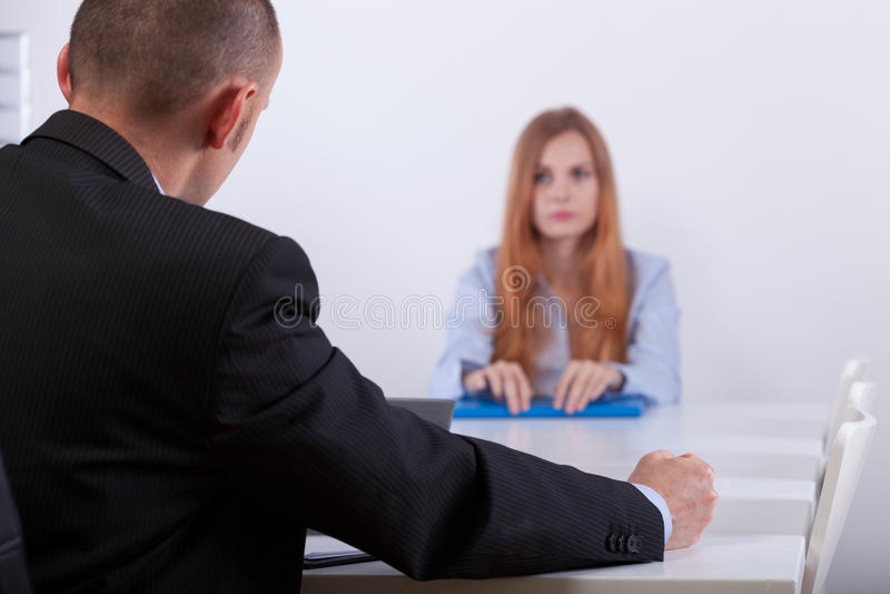 Droevig meisje die aan werkgever luisteren stock afbeeldingen