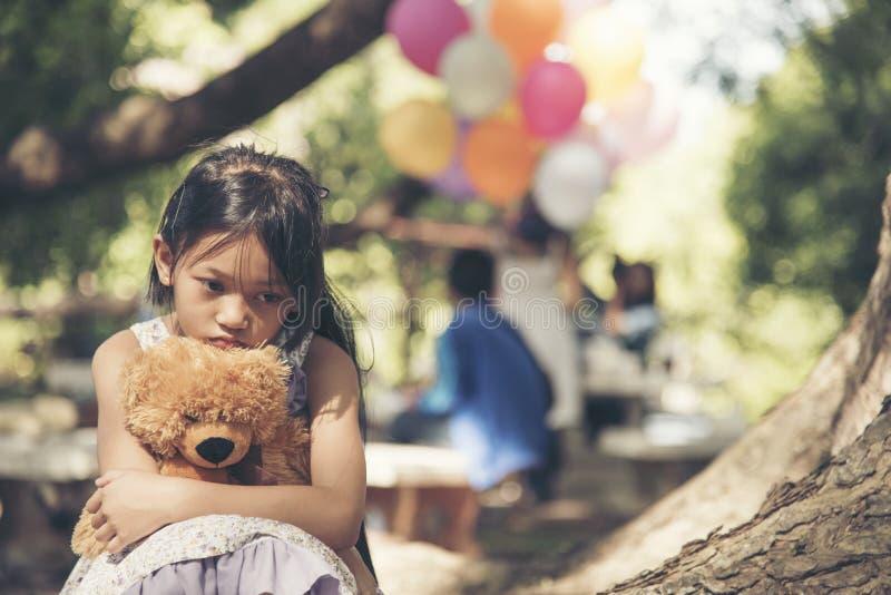 Droevig meisje die alleen in het parkconcept voelen Het eenzame mooie verblijf van het peutermeisje alleen in het park stock foto's