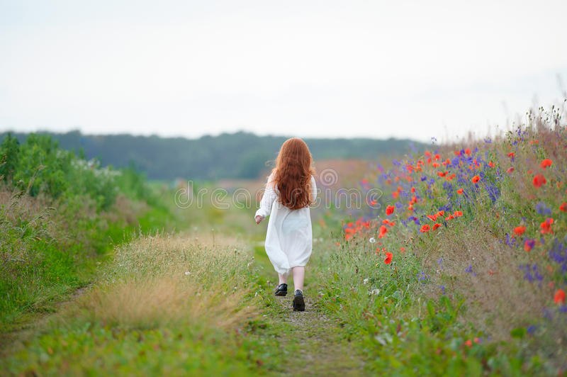 Droevig meisje Kind` s problemen Jong geitje die alleen in openlucht lopen royalty-vrije stock afbeelding