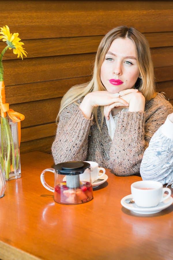Droevig meisje in koffie stock fotografie