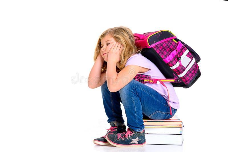 Droevig meisje met schooltas stock afbeelding