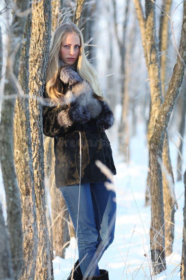 Droevig mooi meisje bij de winterbos royalty-vrije stock foto