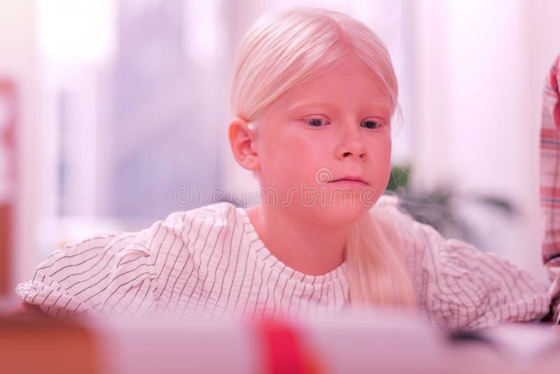 Droevig mooi meisje die over haar denken die leren stock fotografie