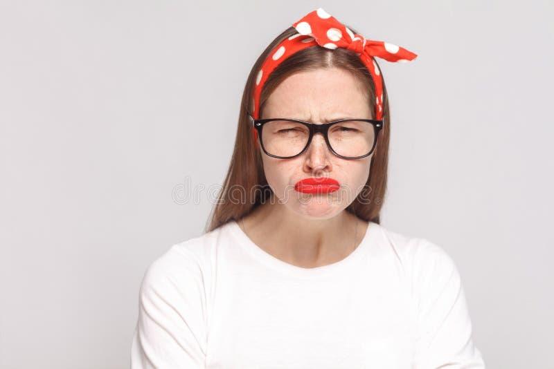 Droevig ongelukkig portret van mooie emotionele jonge vrouw in wit stock afbeelding