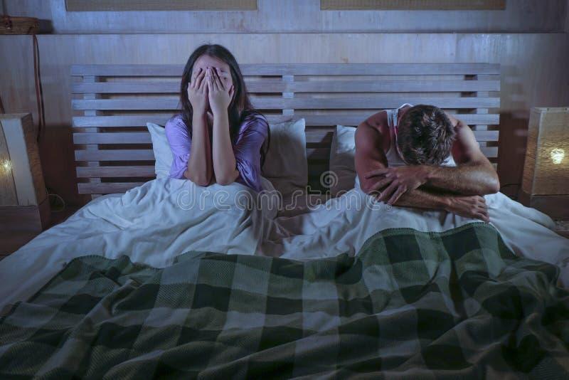 Droevig paar na binnenlandse strijd met het gedeprimeerde vrouw schreeuwen en gefrustreerde vriendzitting op bed ongelukkig in ve stock foto's