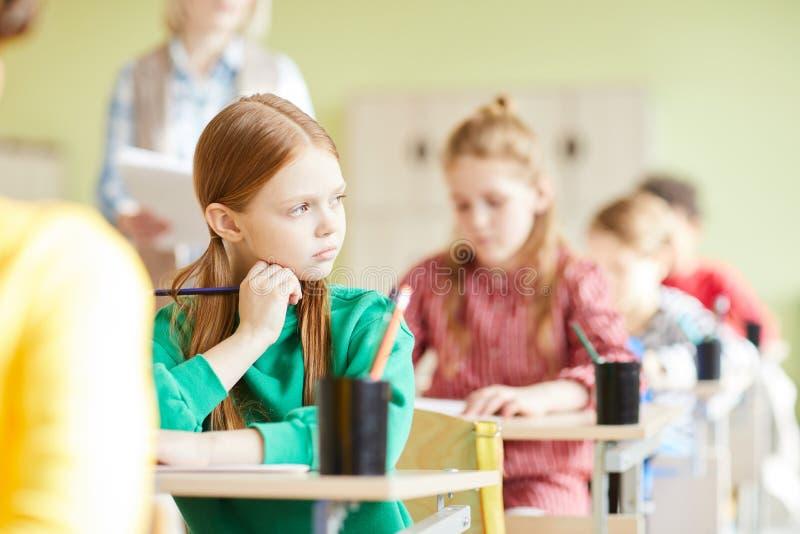 Droevig studentenmeisje in klaslokaal royalty-vrije stock foto