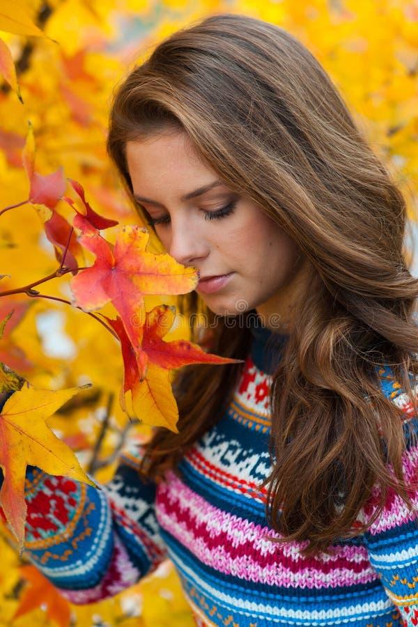 Droevig tienermeisje in de herfst stock foto's