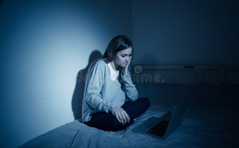 Droevig tienermeisje met laptop die online aan intimidatie en kwelling lijdt Cyberbullyingsconcept stock afbeelding