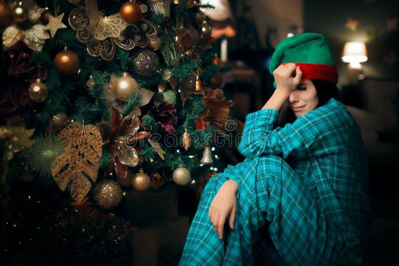Droevig Verstoord Eenzaam Meisje die naast Haar Kerstboom schreeuwen stock fotografie