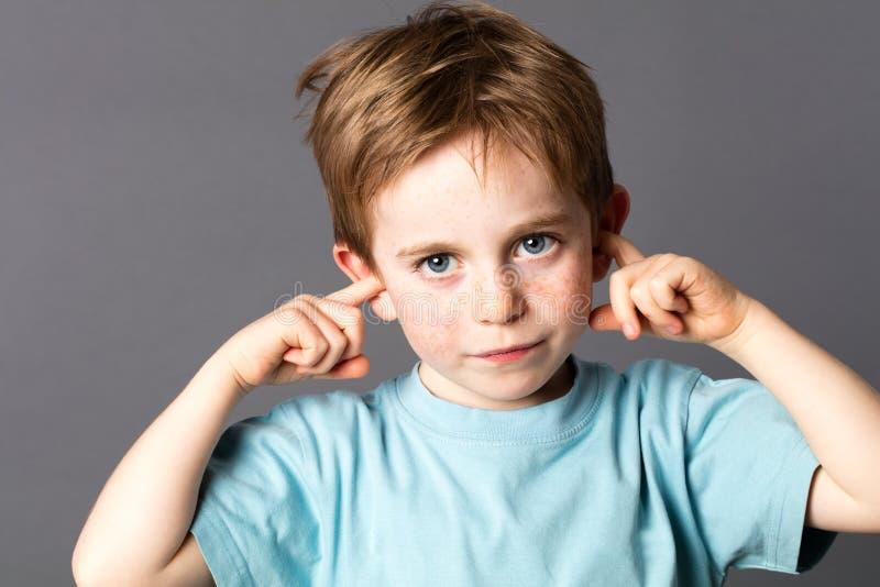 Droevig weinig jongen niet bereid om aan huiselijk geweld te luisteren royalty-vrije stock afbeeldingen