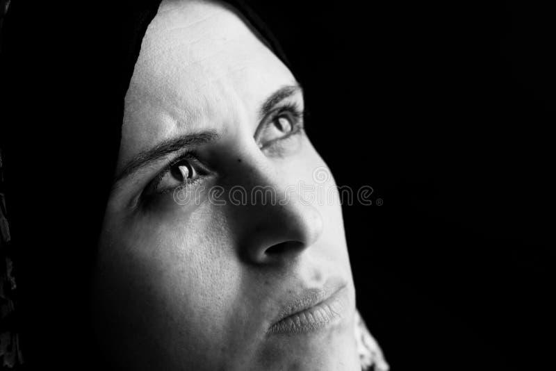 Droevige Arabische Egyptische moslimvrouw stock afbeeldingen