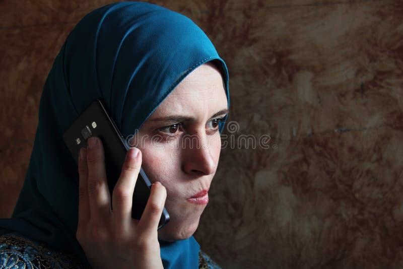 Droevige Arabische moslimonderneemster met mobiel royalty-vrije stock fotografie