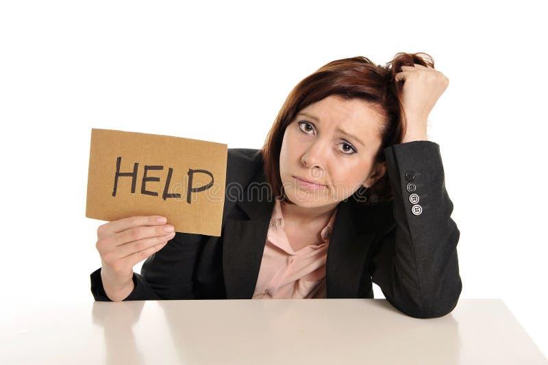 Droevige bedrijfs rode haired vrouw die in spanning op het werk om hulp vragen royalty-vrije stock foto's