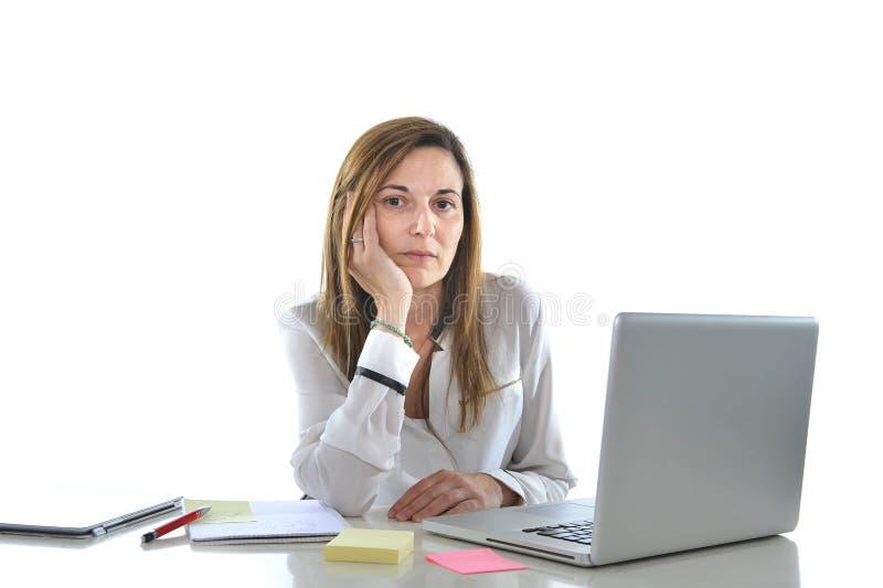 Droevige bedrijfs rode haired vrouw in spanning op het werk met computer royalty-vrije stock afbeeldingen