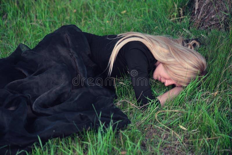 Droevige blonde vrouw royalty-vrije stock foto