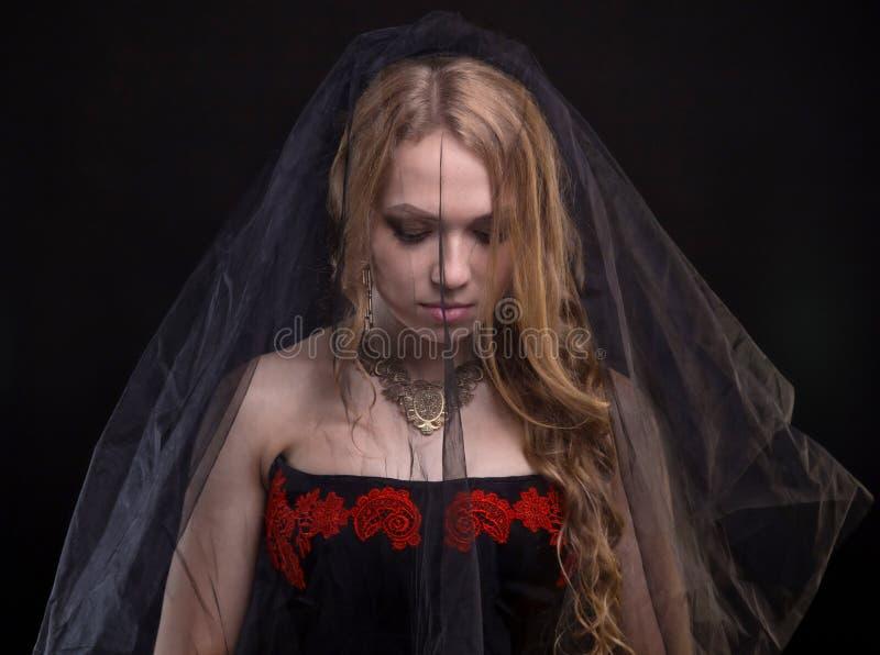 Droevige blonde vrouw die zwarte sluier dragen royalty-vrije stock foto