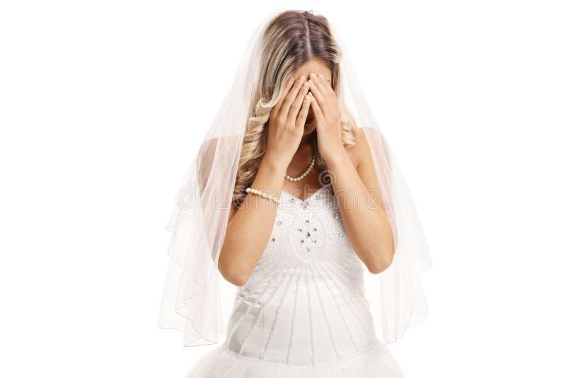 Droevige bruid die haar gezicht behandelen met handen royalty-vrije stock foto