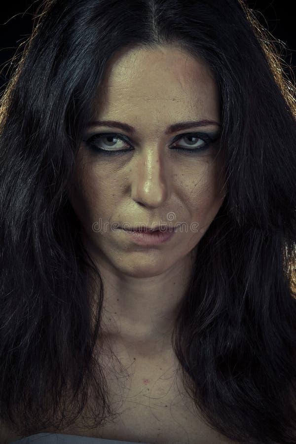 Droevige donkerbruine vrouw met lange haar en avondtoga royalty-vrije stock afbeeldingen