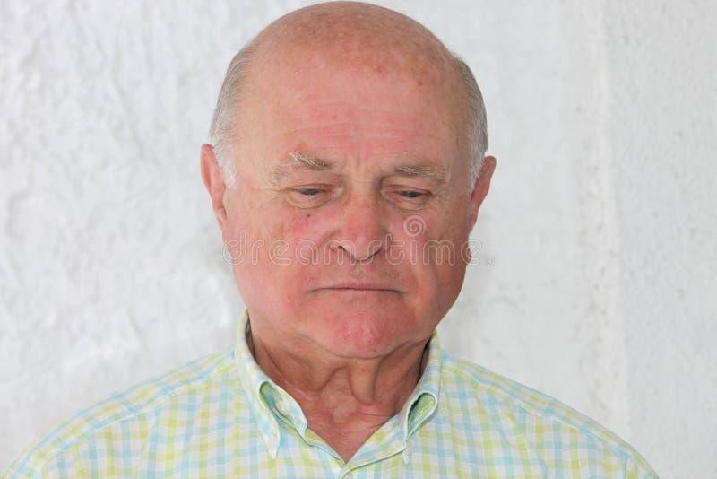 Droevige eenzame bejaarde stock fotografie