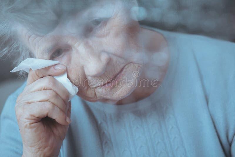 Droevige, eenzame hogere vrouw stock afbeelding