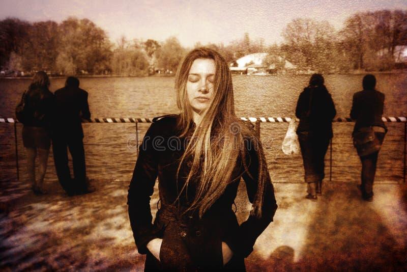 Droevige eenzame solitaire gedeprimeerde jonge vrouw royalty-vrije stock fotografie