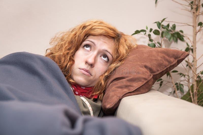 Droevige eenzame vrouw die omhoog kijken royalty-vrije stock foto's