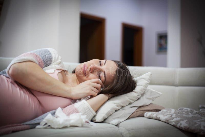 Droevige en beklemtoonde zwangere vrouw stock afbeelding
