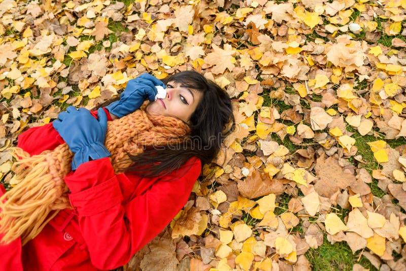 Droevige gedeprimeerde vrouw die op de herfst schreeuwen royalty-vrije stock afbeelding