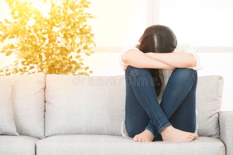 Droevige gedeprimeerde vrouw thuis royalty-vrije stock afbeelding