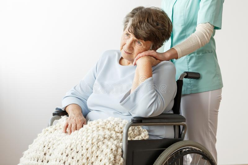 Droevige gehandicapte hogere vrouw stock foto