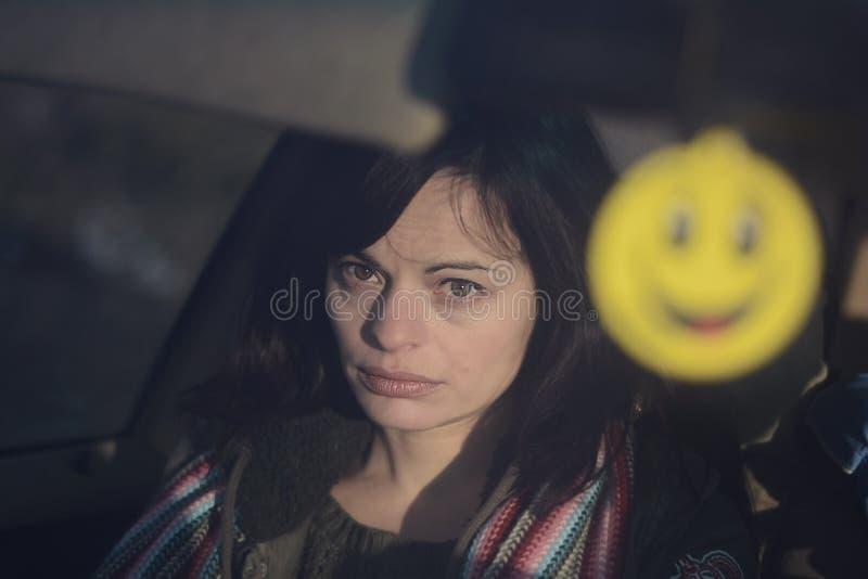 Droevige glimlach stock foto's