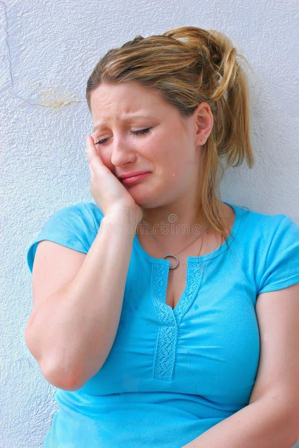 Droevige jonge vrouw die alleen schreeuwt. royalty-vrije stock afbeeldingen