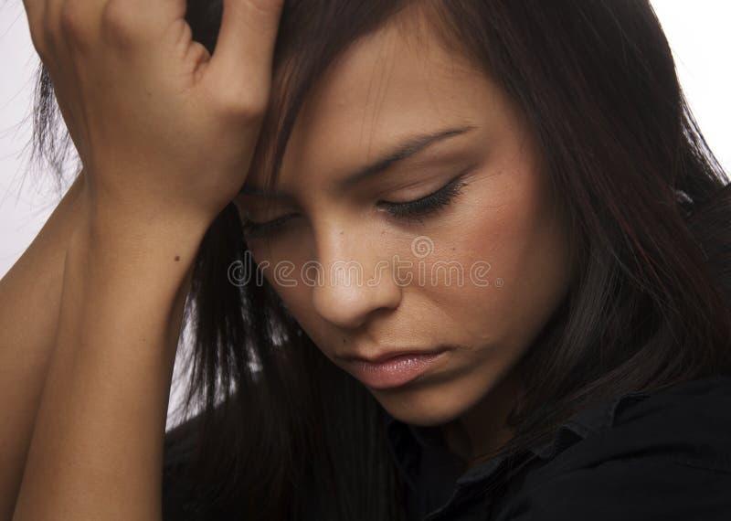 Droevige jonge vrouw die (handelend) neer kijkt royalty-vrije stock foto's