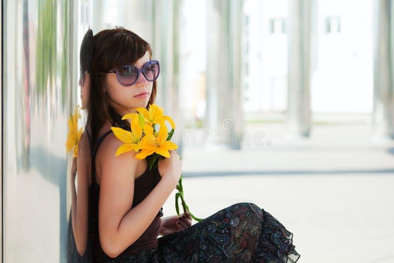 Droevige jonge vrouw met lelie. royalty-vrije stock fotografie
