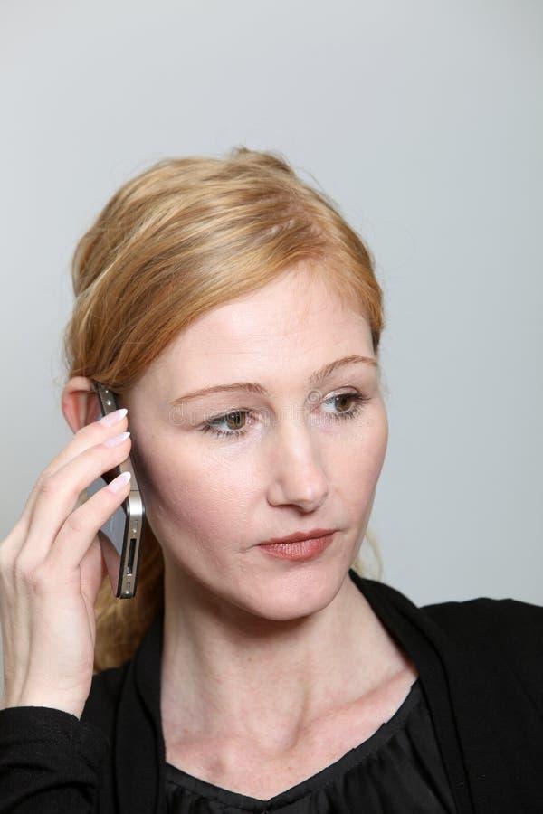 Droevige, jonge vrouw op de telefoon royalty-vrije stock afbeelding