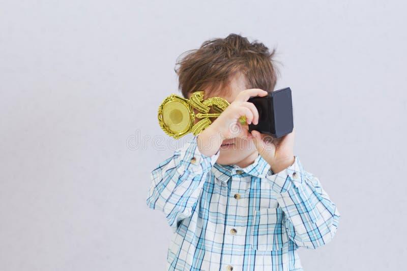 Droevige jongen die won de voltooiingsprijs maar verstoord hoge eisen op het kind royalty-vrije stock afbeelding