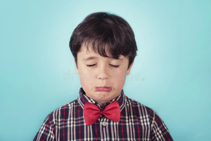 Droevige jongen met vlinderdas stock fotografie